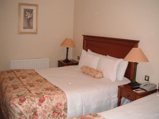 Clanard Court Hotel: Big bed