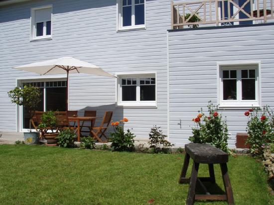 Villa Fleur d'ecume : Jardin avec grande terrasse en bois
