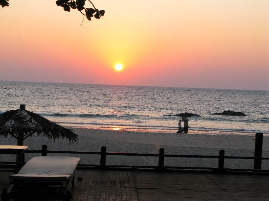 Thande Beach Hotel : Sunset over the Bay of Bengal