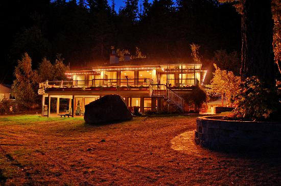 Oyster Bay Waterfront Retreat : A Romantic View of the Main Lodge