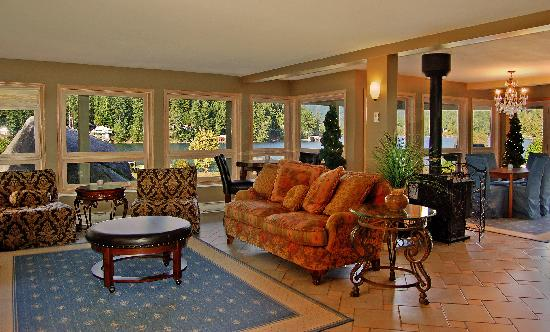 Oyster Bay Waterfront Retreat: The Main Lodge Lounge