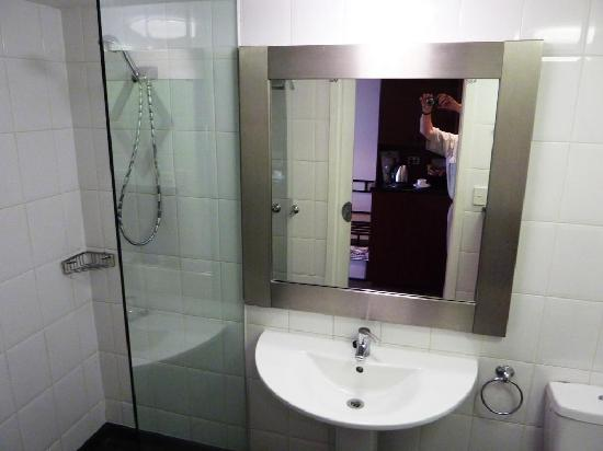 Fountainside Hotel: Bathroom, incl walk-in shower area