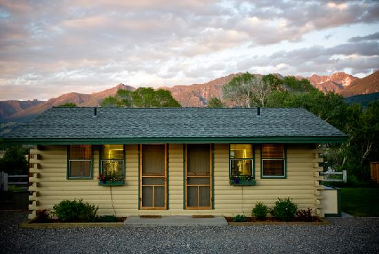 Yellowstone valley lodge updated 2018 prices hotel for Yellowstone log cabin hotel