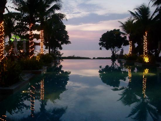 Layana Resort and Spa: Infinity Pool at night