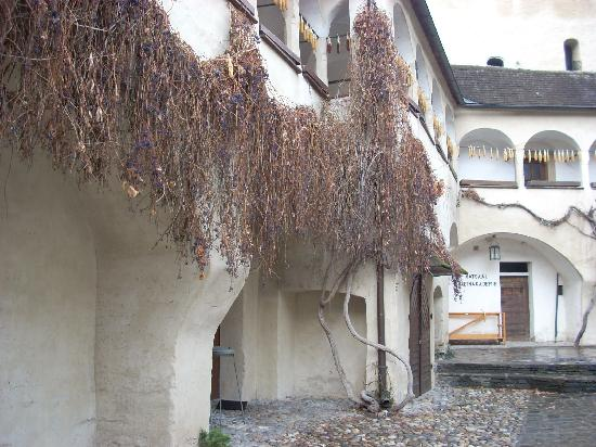 Baja Austria, Austria: The courtyard at the Alte Poste hotel/inn is filled with tables in good weather.