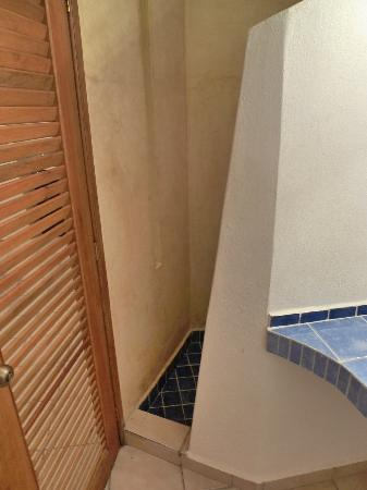 Luna Blue Hotel: Awkward, unsafe shower entrance, often blocked by bathroom door