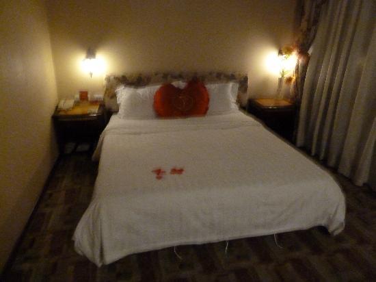 Bremen Inn Harbin Zhongyang Main Street: Bett mit Seidenblumen