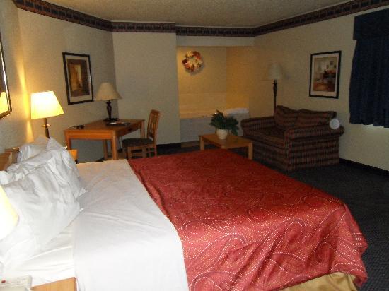 AmericInn Lodge & Suites Griswold: Grande Master Suite