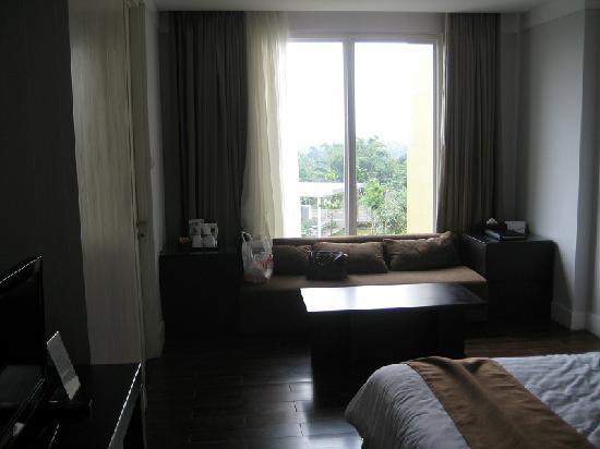 Aston Bogor Hotel and Resort: Sofa & window