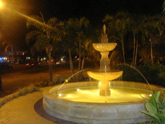 Senor Puck's Bar & Grill: Fountain & Street outside Senor Pucks