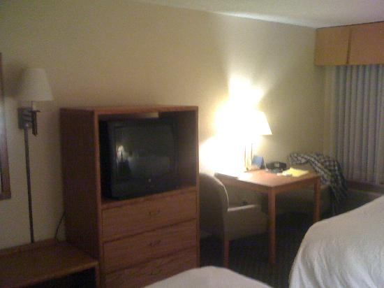 Comfort Inn: Table with power plugs and TV