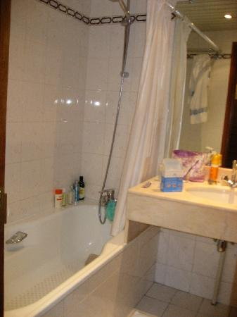Hotel Meslay Republique: nice large bathroom