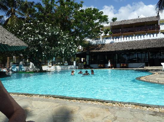 Bamburi Beach Hotel: Pool & Restaurant