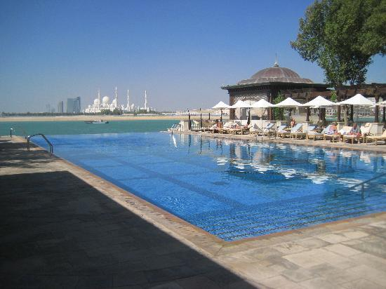 Traders Hotel, Qaryat Al Beri, Abu Dhabi: The infinity pool at the Shangri La (with view of Grand Mosque)