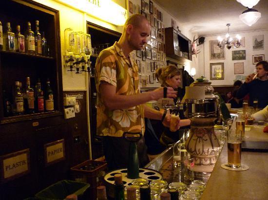 Gaststätte Bei Oma Kleinmann: Barman