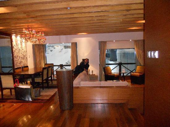 โรงแรมเคมพินสกิมอลล์ออฟดิเอมิเรต: Living room and dining room