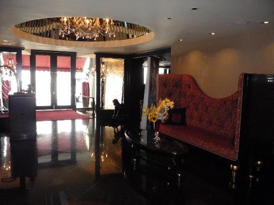 โรงแรมสการ์เล็ต: Lobby