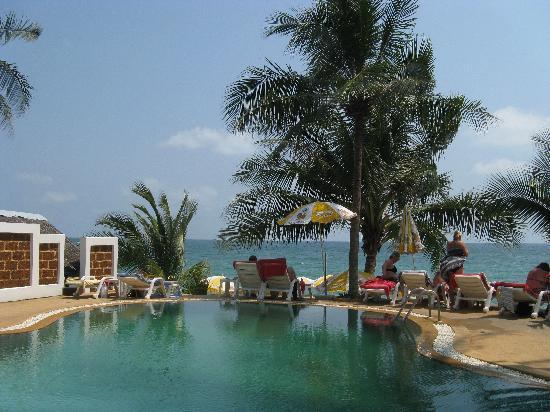 Marina Villa: vista della spiaggia dalla piscina