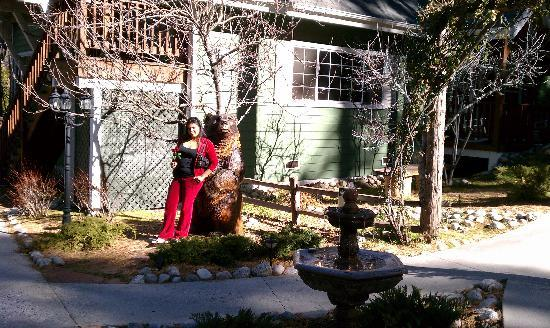 Idyllwild, Калифорния: The bear in front of the inn