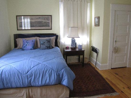 Bellport Inn Bed and Breakfast: Europe Room
