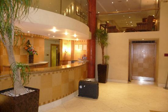 โรงแรมคิงส์เวย์ ฮอลล์: Poor Service Room Needs A Refurb