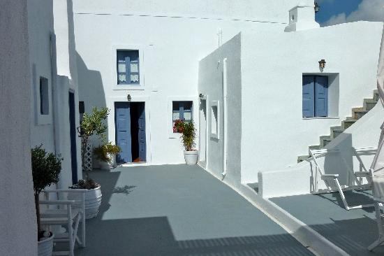 L\'entrée de notre appartement - Picture of Kamares Apartments, Fira ...