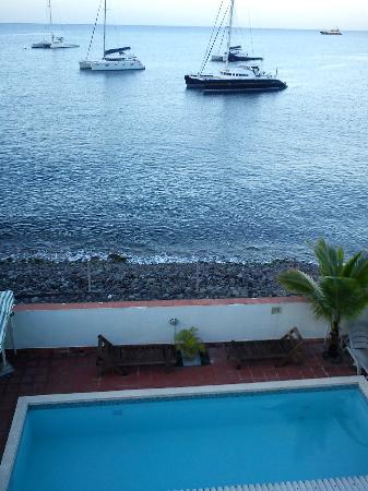 Titiwi Inn : sa piscine et la plage de galets