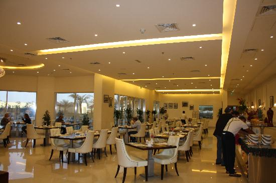 Acacia by Bin Majid Hotels & Resort: Coffee shop is simple and cheerful