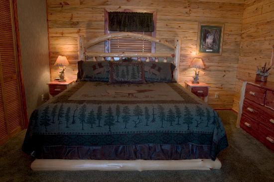 Lake Shore Cabins on Beaver Lake: Cabin #8 master bedroom