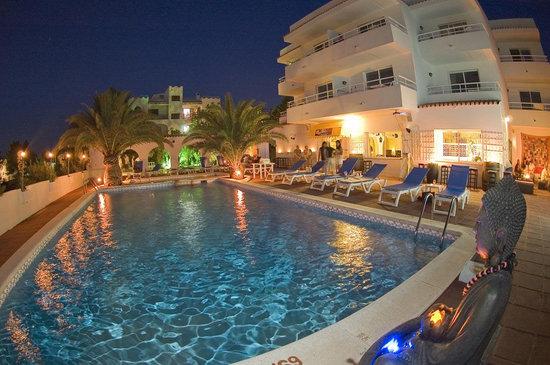 Sunset Point Resort, Sportsbar & Apartmentos: Night pool & terrace