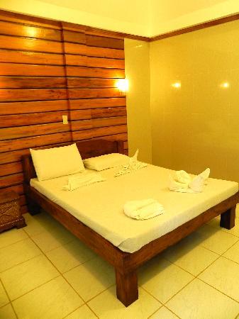 Dumaluan Beach Resort: interno camera deluxe