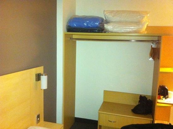 Ibis Sydney Olympic Park: bare basic room.
