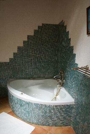 Cote Sud: vasca in uno dei bagni di villa aranci