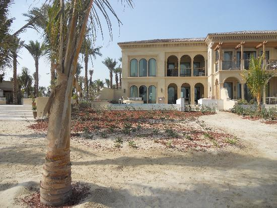 One&Only The Palm Dubai : View of low-rise mansion from beach