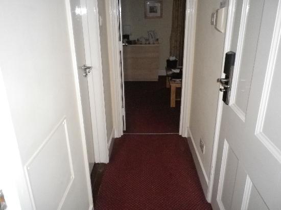 The Darlington Hyde Park: Couloir reliant le salon au fond, la salle de bain à gauche et la chambre derrière nous