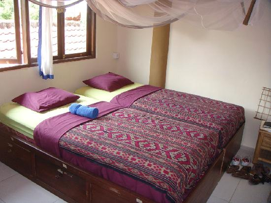 Serenity Eco Guesthouse and Yoga: Banyan Room(the actual Das Doppelbett photo)