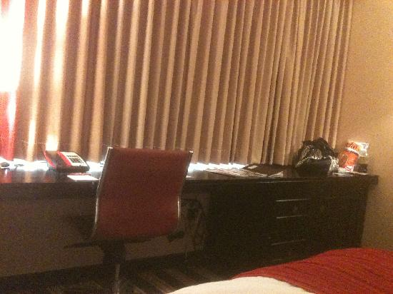 Overton Hotel and Conference Center: workspace in the hotel room