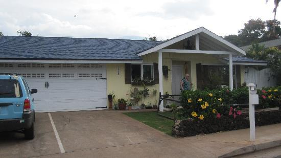 Lahaina Bungalow: house from the outside