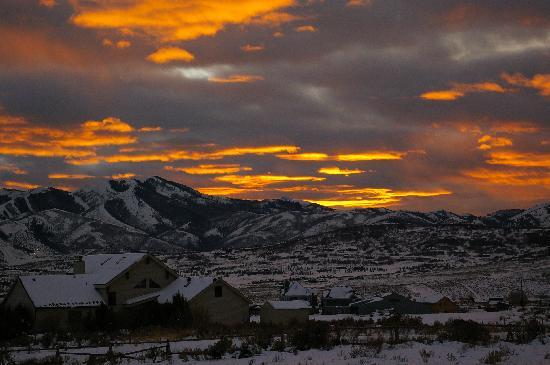 Park City, Γιούτα: Sunset with Utah Olympic Park and part of The Canyons ski resort towards the left.