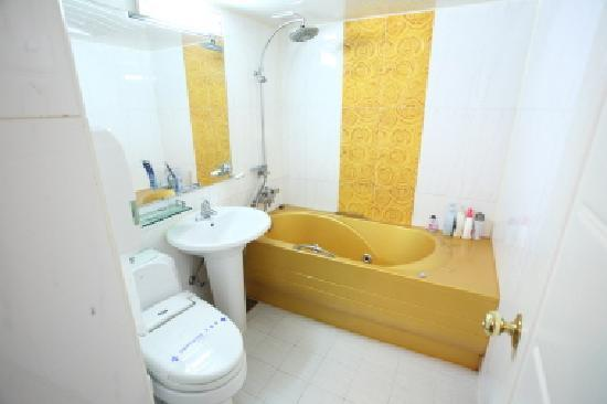 Baekje Hotel : Bathrooms