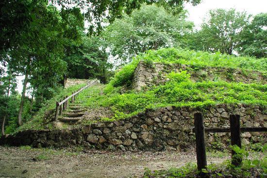 Gassan Toda castle: 「三の丸跡」から石段を登り、「二の丸跡」へ向かいます。