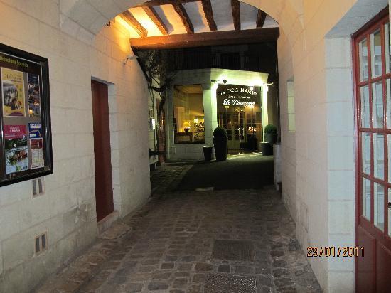 Hotel La Croix Blanche Fontevraud : entrée de l hotel