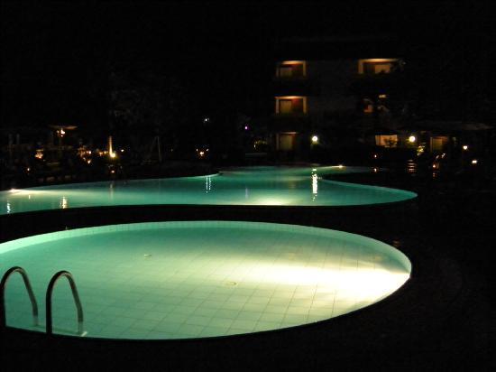 White Rose Kuta Resort, Villas & Spa: Pool at night
