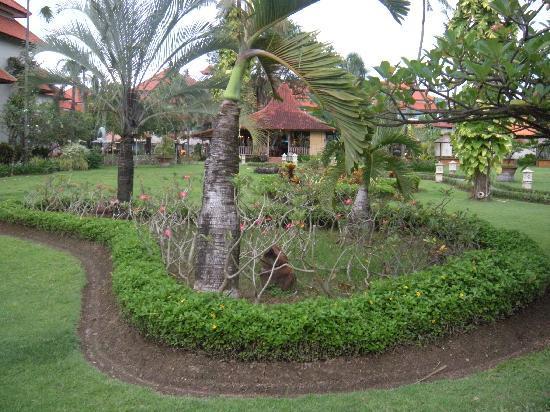 White Rose Kuta Resort, Villas & Spa: Grounds of the White Rose Hotel