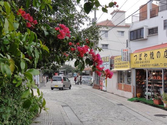 Naha, Japón: 窯元や陶器店が点々と