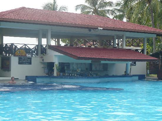 Federal Villa Beach Resort : The pool bar