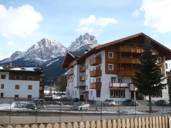Hotel Crepei: L'hotel con lo sfondo delle Dolomiti