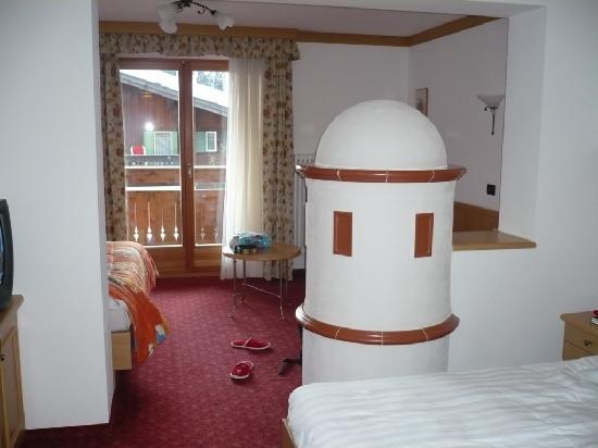 Hotel Crepei: La camera (con stufa, ma ci sono comunque i termosifoni)