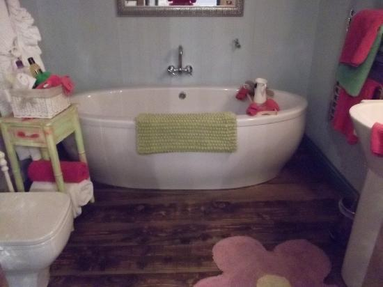 Lower Barns Boutique B&B : Tub for two