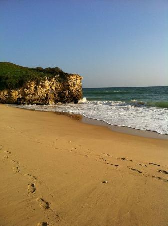 Alfagar Aldeamento Turistico: Beach directly below the hotel
